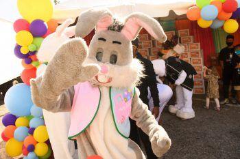 <p>Los Angeles. Engagiert: Ein als Osterhase verkleideter Ehrenamtlicher bereitet Pflegekindern mit kleinen Geschenken eine Freude.</p>