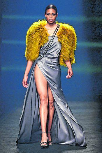 Madrid. Freizügig: Ein Model zeigt bei der Mercedes Benz Fashion Week in Spanien viel Bein. Fotos: AFP, AP, APA
