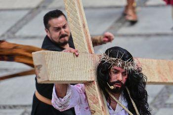 <p>Mexico City. Gläubig: Ein Darsteller stellt den Leidensweg Christi während einer Karfreitags-Prozession nach.</p>