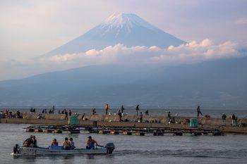 <p>Numazu. Beeindruckend: Zahlreiche Fischer gehen in der Provinz Shizuoka ihrem Tagesgeschäft nach. Im Hintergrund erhebt sich der 3776 Meter hohe Mount Fuji, Japans höchster Berg. </p>