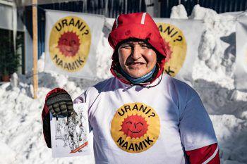 <p>Nuuk. Dagegen: Ein Mitglied einer grönländischen Naturschutzorganisation protestiert gegen ein geplantes Minenprojekt.</p>