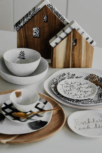 """<p class=""""title"""">               Ordnung am Tisch             </p><p>Das Serviettenhaus aus der Dinning Serie von Räder ist genau das, was alle heimatlosen Servietten brauchen. Dank dem Design finden alle einsamen Servietten ein wunderbares zu Hause. Erhältlich bei Tschofen Tischkultur und Küche in Bludenz. Preis Serviettenhalter Häuschen: ab 16,95 Euro, Preis Schälchen: ab 10,95 Euro. ww.tschofen.com</p>"""