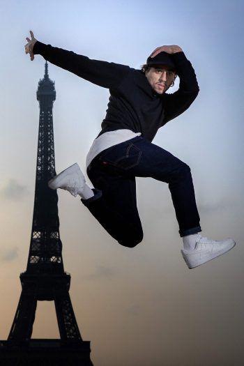 Paris. Akrobatisch: Der französische Straßentänzer B-Boy Mounir stellt vor dem Eiffelturm sein Können unter Beweis.