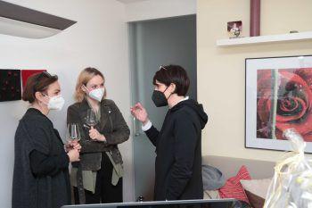 """<p class=""""caption"""">Petra Xander, Tochter Lena Nachbaur und Ursula Egle im Gespräch.</p>"""