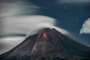 <p>Sleman. Spektakulär: Lava fließt aus dem Krater über den Bergrücken des indonesischen Vulkans Mount Merapi.</p>