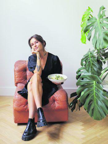 """<p class=""""caption"""">Susanna kocht für ihr Leben gern. Durch ihren veganen Lifestyle probiert die Food-Bloggerin immer etwas Neues aus undveröffentlichte im März sogar ihr erstes veganes Kochbuch.</p>"""