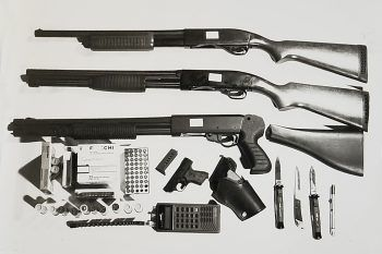 """<p class=""""caption"""">Tödlich: Von der Polizei beschlagnahmte Zuhälterwaffen.</p>"""