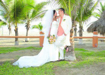 """<p class=""""caption"""">Traumhochzeit unter Palmen: Im August 2008 gaben sich Elizabeth und Thomas am Strand von Ixtapa Zihuatanejo in Mexiko das Ja-Wort.</p>"""