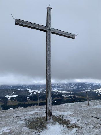 Vom Gipfelkreuz aus bietet sich ein wunderbares Panorama.Fotos: handout/The Sunny Side of Kids/Ölz