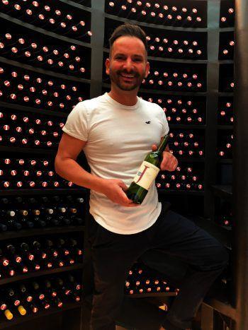 """<p class=""""caption"""">Weinliebhaber: Roberto Maier (ImmoAgentur) mit dem Rotspon von Jurtschitsch.</p>"""