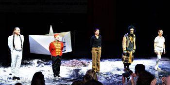 """Wurde nach der Premiere von """"dritte republik (eine vermessung)"""" lautstark gefeiert: das UNPOP-Ensemble."""