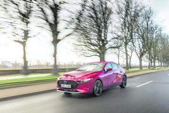 |1| Der Mazda 3 2021 überzeugt mit elegantem Design – jetzt gibt es ihn mit einem Aktionsbonus von 4000 Euro. |2| Ein sportlicher SUV: Auch den Mazda CX-30 gibt es derzeit bei Mazda Wohlgenannt zum Superpreis. Fotos: handout/Mazda
