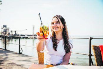 |1+2| Im Wirtshaus am See hat Sarah einen tollen Ausblick auf den See und kann gutbürgerliche Speisen genießen. |3| Ein Traditions-Gasthaus im Herzen von Bregenz: Das Kornmesser. |4| Im Freischwimmer wird man mit modernen Speisen verwöhnt. Fotos: Sams