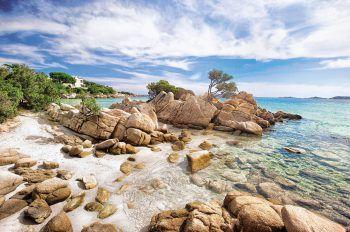 """<p class=""""caption"""">An der Costa Smeralda findet man die typischen Granitfelsen.</p>"""