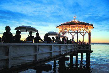 """<p class=""""caption"""">Auch eine ganz spezielle Sunsetbar auf dem Fischersteg, die zu kühlen Drinks in warmen Sommernächten einlädt, befindet sich an der Bodensee-Promenade. Fotos: Manuel Riesterer, Sunsetbar</p>"""
