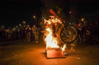 <p>Bogota. Extrem: Ein Mann springt während Protesten gegen die kolumbianische Regierung mit seinem Fahrrad über brennende Barrikaden.</p>