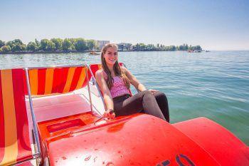 """BootsfahrtIm Gondelhafen gibt es die Möglichkeit, bei der Bootsvermietung """"Feurstein"""" Elektro-, Tret- und Motorboote auszuleihen. So besteht täglich von April bis Oktober die Option, sonnige Tage auf dem Bodensee in vollen Zügen zu genießen. Ein Ausflug mit der ganzen Familie, ein Abenteuer mit Freunden oder einfach eine Bootsfahrt für sich, um die Seele baumeln zu lassen – Bregenz macht es möglich."""