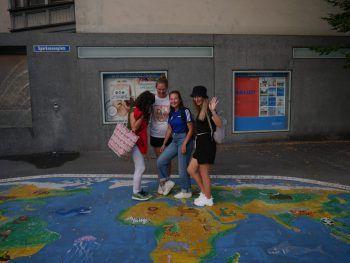 """<p class=""""caption"""">Cansu im """"Herzen Europas"""".</p>"""
