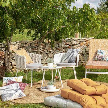 Da lässt es sich so richtig entspannen!              Mit nur wenigen Handgriffen schafft man sich eine kleine Oase im Garten. Eine Decke, ein paar Kissen, dazu kombiniert man Sessel und ein kleines Tischchen (wie auf dem Bild von XXXLutz) – und fertig ist der Wohlfühlort. Da lässt es sich mit einem guten Buch und leckeren Drinks super relaxen. Fotos: handout/XXXLutz, Mömax, Casa