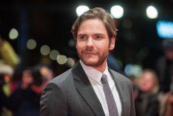 """<p class=""""title"""">               Daniel Brühl             </p><p>Der deutsche Filmstar ist Sohn einer Spanierin und eines Deutschen – und spricht deshalb beide Sprachen fließend. Doch damit nicht genug. Brühl, aktuell zu sehen in """"The Falcon and The Winter Soldier"""" beherrscht auch noch Englisch, Französisch und Katalanisch.</p>"""