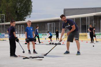 """<p class=""""caption"""">Daniel Fekete mit Emser Kids beim Sommer-Training.</p>"""