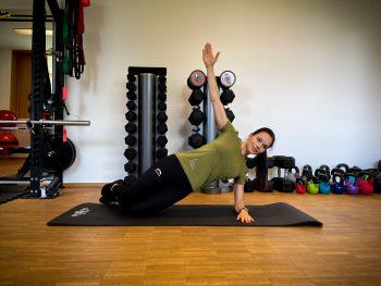"""<p class=""""caption"""">Dein Arm zeigt senkrecht nach oben und der Kopf bleibt in Verlängerung der Wirbelsäule. Wichtig ist, mit der gesamten Körperspannung zu arbeiten. Halte die Position so lange du kannst.</p>"""