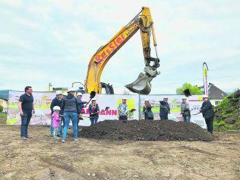 Der Spatenstich für die neue Anlage erfolgte vor kurzem unter Einhaltung der Corona-Schutzmaßnahmen gemeinsam mit den ersten neuen Eigentümern sowie Handwerkern.
