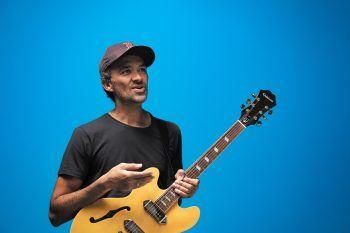 Die Einflüsse seiner Heimat Südafrika sind auch in der Musik des Wahl-Vorarlbergers Brendan Adams spürbar.