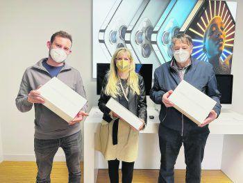 """<p class=""""caption"""">Die glücklichen Gewinner nahmen jeweils ein MacBook Air mit nach Hause.</p>"""