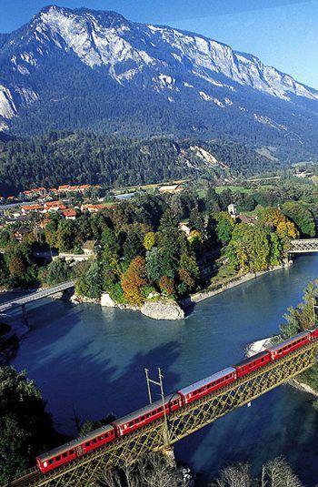 Die Panoramawägen überqueren etwa 250 Brücken und durchfahren 85 Tunnels.