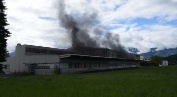 Die Polizei setzte mehrere Lüfter ein, um die Halle rauchfrei zu machen.Foto: polizeischweiz