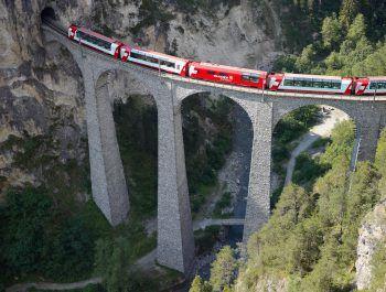 """<p class=""""caption"""">Diese besondere Zugreise mit atemberaubenden Ausblicken führt die Fahrgäste quer durch die Schweizer Alpen.</p>"""