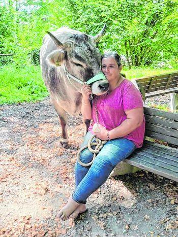 Ein Herz und eine Seele: Andrea und Kuh Rosi.Foto: handout/privat