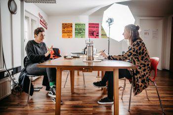 """<p class=""""caption"""">Expertin Brigitte Stadelmann und Redakteurin Anja trafen sich im Vereinshaus.</p>"""