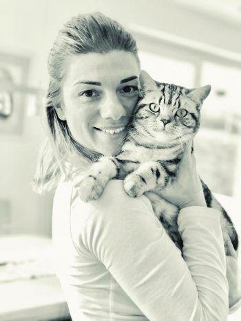 Fabienne mit Schmusekater Simba. Fotos: privat