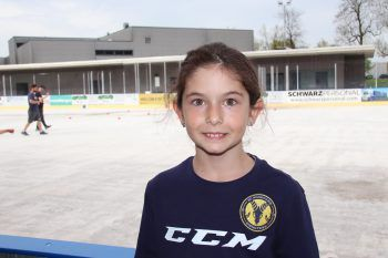"""<p class=""""title"""">               """"Finde es voll cool""""             </p><p>""""Meine Nachbarn und mein Bruder überredeten mich als kleines Mädchen zum Eishockey. Ich war damals erst zweieinhalb Jahre alt. Und seither bin ich beim SC Hohenems und finde das Training und die Eishockey-Matches voll cool."""" Annalena Salzmann, 9 Jahre</p>"""