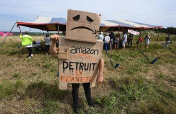 """<p>Fournes. Gefrustet: """"Amazon zerstört denPlaneten"""": Ein Mann demonstriert im Südosten Frankreichs gegen ein geplantes Warenhaus des Internetriesen Amazon. Fotos: AFP, AP, APA, dpa</p>"""