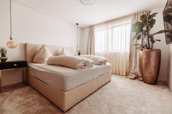 """<p class=""""caption"""">Im Schlafzimmer wurde besonders Wert auf warme Farben gelegt.</p>"""