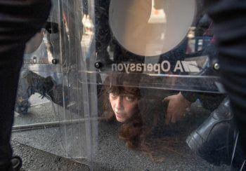 """Istanbul. Protest: Diese Demonstrantin wird während der """"1. Mai-Kundgebung"""" von Polizisten festgehalten."""