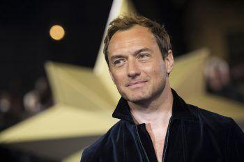 """<p class=""""title"""">Jude Law</p><p>Der Schauspieler konnte mit der Schule nichts anfangen. Mit 17 ließ er es sein und ergatterte 1990 seine erste TV-Rolle in der Serie """"Families"""". Heute gehört der Brite zu den Top-Stars im Film und Theaterbusiness.</p>"""