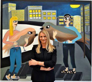 Katja Berger vor ihrem Vogelbild.