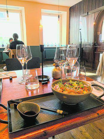 """<p class=""""title"""">               Küchentanz             </p><p class=""""title"""">""""Ein brandneues Restaurant in der Bregenzer Innenstadt auf das ich mich sehr gefreut habe. Das Küchenduo Jens und Rose zaubert österreichische und internationale Gerichte mit lokalen Zutaten. Noch nie Indisch gegessen? Oder Ramen probiert? Lust auf eine Poke Bowl? Dann seid ihr hier genau richtig!""""</p>"""