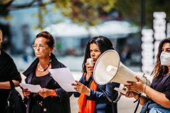"""<p class=""""caption"""">Kundgebung gegen Femizide, Gewalt an Frauen und Sexismus in Bregenz auf dem Kornmarktplatz.Fotos: Sams, Umfrage-Fotos: handout/Feurstein</p>"""