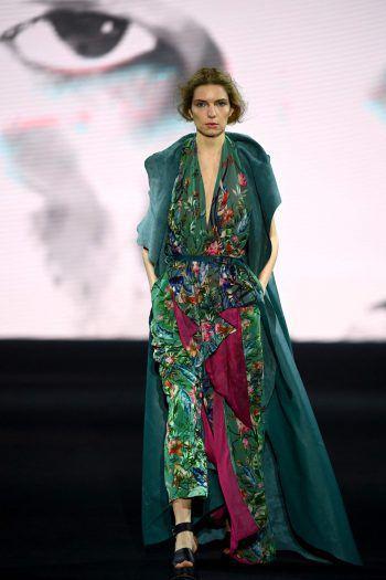 Madrid. Kräftig: Die Farben der Herbst- und Wintermode werden dunkel, wie man an diesem Model auf der Mercedes-Benz-Fashion-Week sieht.