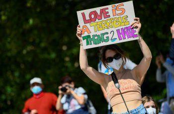 <p>Mailand. Wütend: Eine Demonstrantin hält bei Protesten für die Verabschiedung eines Anti-Dis-kriminierungsgesetzes ein Plakat in die Höhe, um die LGBTIQ+-Bewegung zu unterstützen.</p>