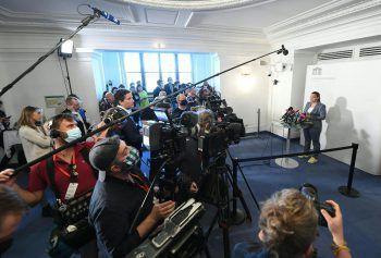 "<p class=""caption"">Medienrummel: Nina Tomaselli vor Beginn des Ibiza-U-Ausschusses am Donnerstag, 4. Juni 2020, im Parlamentsausweichquartier in der Wiener Hofburg. Fotos: APA</p>"