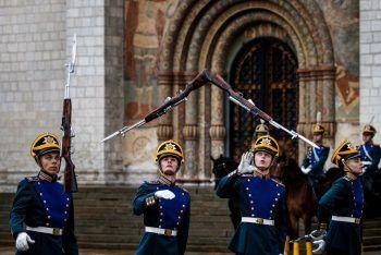 <p>Moskau. Artistisch: Mitglieder des russischen Präsidenten-Regiments führen vor dem Kreml die Wachwechsel-Zeremonie durch – und werfen dafür ihre Gewehre mit Bajonetten in die Luft.</p>