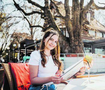 """<p class=""""caption"""">Nach dem Einkaufsbummel konnte sich Sarah im Wirtshaus am See eine kleine Stärkung gönnen.</p>"""