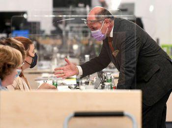 """<p class=""""caption"""">Nina Tomaselli diskutiert mit dem Vorsitzenden des Ibiza-U-Ausschusses, Wolfgang Sobotka.</p>"""
