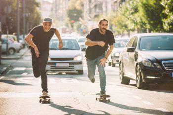 """<p class=""""caption"""">""""Oldschool"""" und sportlich bieten sich Skateboards und Longboards an.</p>"""